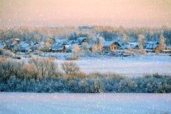 Opinión rural del paisaje del invierno con nieve que cae del invierno Fotos de archivo libres de regalías