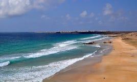 Opinión salvaje de la playa de la isla de Fuerteventura Imágenes de archivo libres de regalías