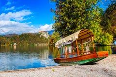 Opinión sangrado, de Eslovenia con el castillo y barco imagen de archivo