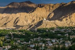 Opinión Shanti Stupa en una cumbre en Chanspa del palacio de Leh en el distrito de Leh, Ladakh Fotografía de archivo libre de regalías