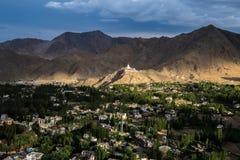 Opinión Shanti Stupa en una cumbre en Chanspa del palacio de Leh en el distrito de Leh, Ladakh Fotos de archivo libres de regalías