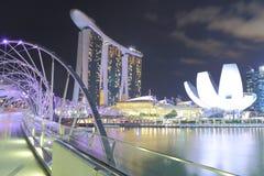 Opinión Singapur de la noche de Marina Bay Sands y del puente de la hélice Foto de archivo