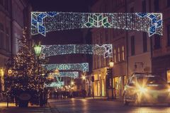 Opinión sobre adornado para la calle vieja de la Navidad Foto de archivo libre de regalías