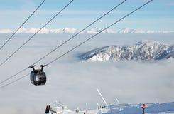Opinión sobre alto Tatras con el cablecarril Fotos de archivo