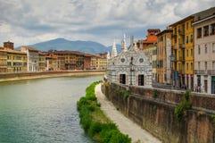 Opinión sobre Arno River en Pisa con la catedral gótica Santa Maria della Spina fotografía de archivo