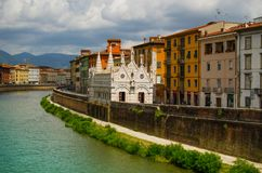 Opinión sobre Arno River en Pisa con la catedral gótica Santa Maria della Spina imagen de archivo libre de regalías