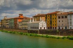 Opinión sobre Arno River en Pisa con la catedral gótica Santa Maria della Spina, Italia foto de archivo libre de regalías