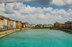 Opinión sobre Arno River y el puente en Pisa con las nubes fotos de archivo libres de regalías