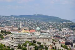 Opinión sobre Budapest de la plataforma de observación de la colina de Gellert, Hungría Casas antiguas en el fondo de montañas y fotos de archivo
