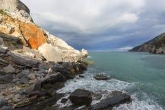 Opinión sobre Byron Grotto en la bahía de poetas, Portovenere, italiano Riviera imagenes de archivo