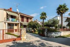 Opinión sobre casa de dos pisos del país con las puertas de la piedra gruesa y Imagen de archivo libre de regalías