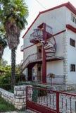Opinión sobre casa del tres-piso del país con las puertas de la piedra gruesa Foto de archivo