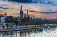 Opinión sobre ciudad vieja del terraplén del río del Daugava, Riga, Letonia Imagen de archivo libre de regalías
