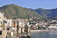 Opinión sobre ciudad y la playa del cefalu imagen de archivo libre de regalías
