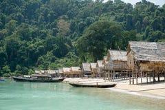 Opinión sobre el barco, Tailandia del pueblo de Morgan Imagenes de archivo