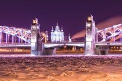 Opinión sobre el Bolsheokhtinsky o el Peter el gran puente a través de Neva River y catedral de Smolny en St Petersburg, Rusia fotos de archivo libres de regalías