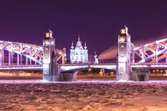 Opinión sobre el Bolsheokhtinsky o el Peter el gran puente a través de Neva River y catedral de Smolny en St Petersburg, Rusia imagen de archivo libre de regalías