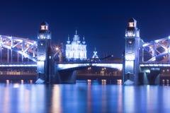 Opinión sobre el Bolsheokhtinsky o el Peter el gran puente a través de Neva River y catedral de Smolny en St Petersburg, Rusia en imagen de archivo libre de regalías