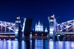 Opinión sobre el Bolsheokhtinsky o el Peter el gran puente a través de Neva River y catedral de Smolny en St Petersburg, Rusia en foto de archivo