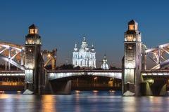 Opinión sobre el Bolsheokhtinsky o el Peter el gran puente a través de Neva River y catedral de Smolny en St Petersburg, Rusia en imagen de archivo