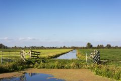 Opinión sobre el campo en los Países Bajos cerca del Gouda Esta área consiste en tierras de labrantío hermosas holandesas típicas imagenes de archivo