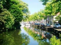 Opinión sobre el canal en Hoorn en Holanda, los Países Bajos imagen de archivo