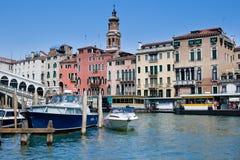 Opinión sobre el canal magnífico con los barcos Imagen de archivo libre de regalías