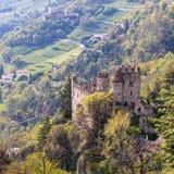 Opinión sobre el castillo Brunnenburg dentro del valle y del paisaje de Meran Pueblo del Tirol, provincia Bolzano, el Tyrol del s fotos de archivo libres de regalías