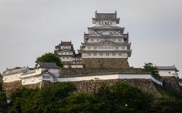 Opinión sobre el castillo de Himeji en un claro, día soleado con muchos alrededor verdes Himeji, Hyogo, Jap?n, Asia foto de archivo