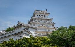 Opinión sobre el castillo de Himeji en un claro, día soleado del detalle enmarcado por la vegetación verde Himeji, Hyogo, Jap?n,  imagenes de archivo