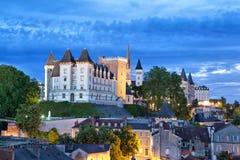 Opinión sobre el castillo de Pau por la tarde imagenes de archivo