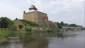Opinión sobre el castillo Herman, día en agosto Narva, Estonia de la nube metrajes