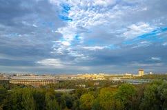 Opinión sobre el cielo nublado de las colinas del gorrión moscú Imagen de archivo libre de regalías