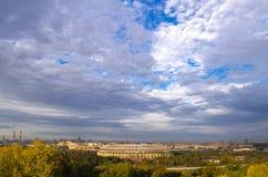 Opinión sobre el cielo nublado de las colinas del gorrión moscú Fotos de archivo libres de regalías