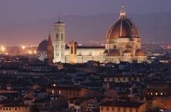 Opinión sobre el Duomo de Florencia en la oscuridad Imágenes de archivo libres de regalías
