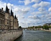 Opinión sobre el edificio de Conciergerie, París, franco Imagen de archivo libre de regalías