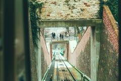 Opinión sobre el ferrocarril del cable de la cabina funicular en Praga Foto de archivo libre de regalías