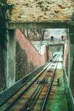 Opinión sobre el ferrocarril del cable de la cabina funicular en Praga Foto de archivo