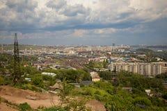 Opinión sobre el ferrocarril y la ciudad de Krasnoyarsk imágenes de archivo libres de regalías