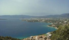 Opinión sobre el golfo y los agios Nicolás de Mirabello Fotos de archivo libres de regalías