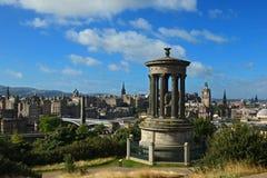 Opinión sobre el horizonte de Edimburgo con el castillo de Edimburgo y el monumento de Scotts de la colina de Calton, Escocia Foto de archivo