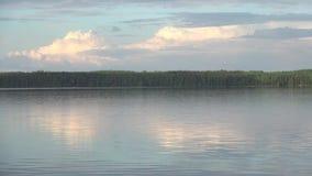 Opinión sobre el lago finlandés en la oscuridad almacen de metraje de vídeo