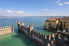 Opinión sobre el lago Garda y el fortalecimiento antiguo. fotos de archivo