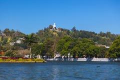 Opinión sobre el lago Kandy y Buda grande encima de la colina Imagen de archivo