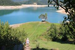 Opinión sobre el lago Zaovine, Tara Mountain, Serbia imagen de archivo
