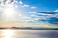 Opinión sobre el paisaje de la montaña, mar en Noruega Foto de archivo