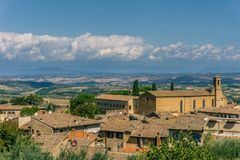 Opinión sobre el paisaje de Toscana sobre los tejados de la pequeña ciudad fotos de archivo