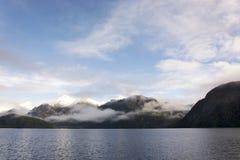 Opinión sobre el paisaje escénico del lago Manapouri, en la isla del sur de Nueva Zelanda foto de archivo libre de regalías