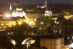 Opinión sobre el paisaje urbano de Praga así como los puentes que cruzan el río de Moldava que pasa a través del corazón de la ci Foto de archivo