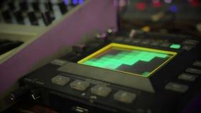 Opinión sobre el panel con los botones, equipo de sonido del equalizador de la iluminación en el club de noche almacen de video
